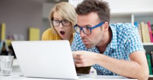 Парень и девушка читают отзывы о работодателях, и просто в шоке.