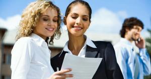 HR-менеджеру понравилось сопроводительное письмо, и она показывает его коллеге.
