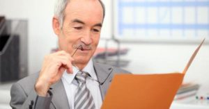 Работодатель с интересом читает сопроводительное письмо от соискателя.
