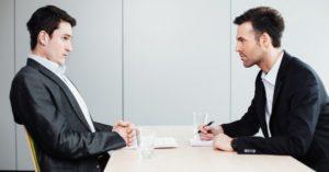 Интервьюер настойчиво спрашивает соискателя о причине увольнения.